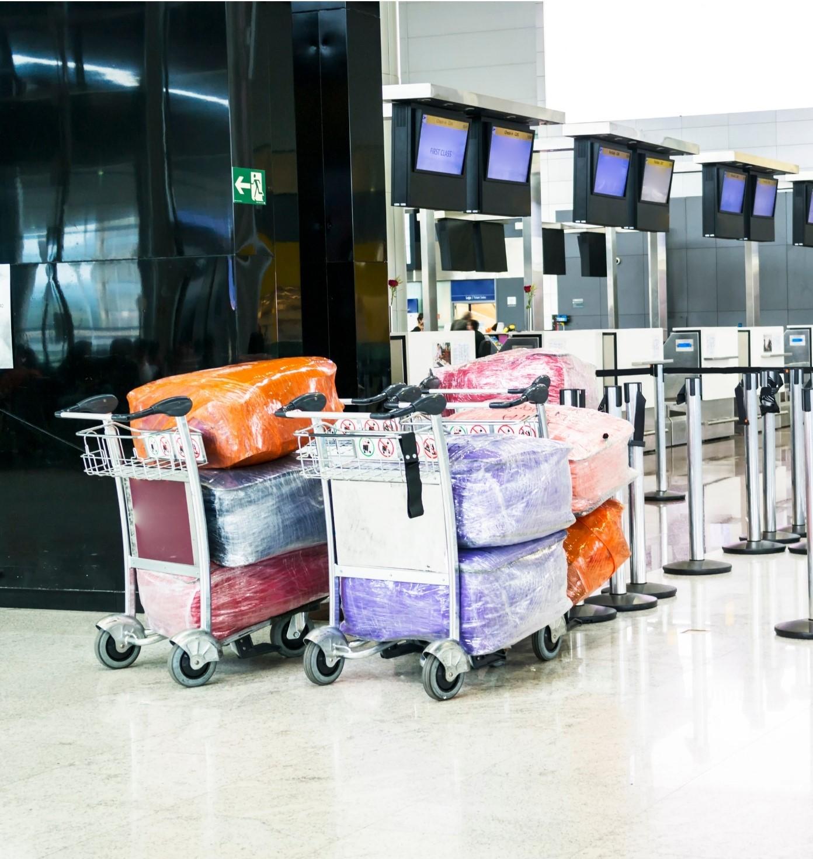 Valises emballées à l'aéroport